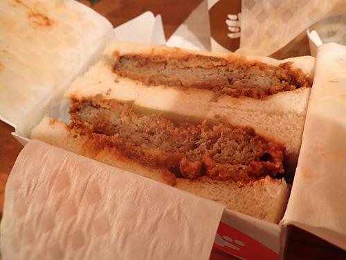 ハンバーグサンドは衣が付いているので、これってメンチかつサンドではとざわついたが、食べてみると確かにハンバーグなのである。