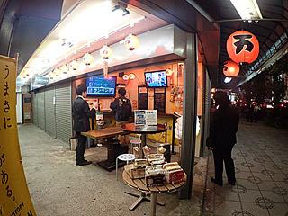 万世ビルの道路の向こうには、万かつサンドを食べながら「電車でGO!」ができる店もあったよ。