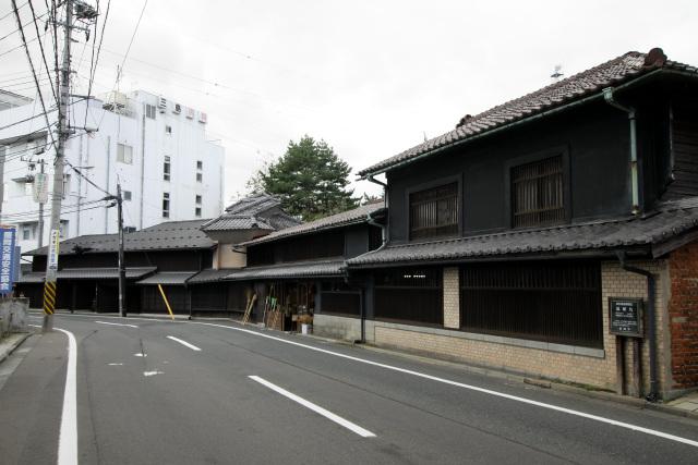 中津川沿いに通る紺屋町には、立派な町家が残っている
