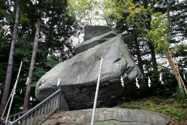 築城時に土中から出てきたという烏帽子岩は、ご神体として祀られている