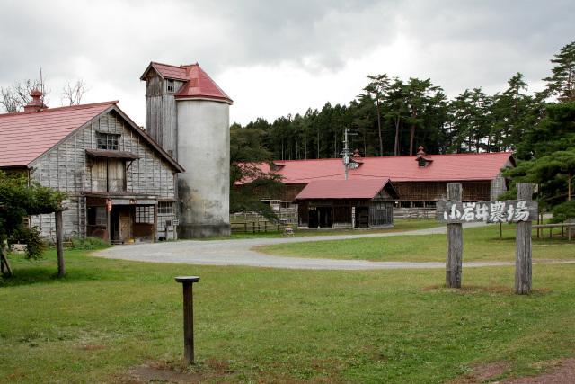 他の建物と同様、牛舎もまた下見板張りと赤屋根で統一されている