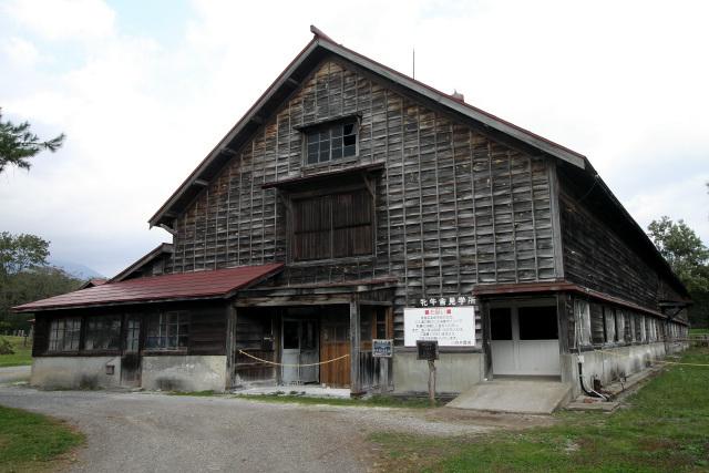 まず最初に見学したのは、昭和9年(1934年)に建てられた一号牛舎