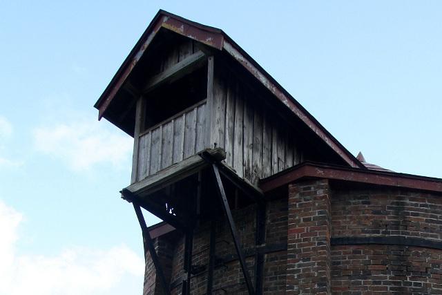 サイロ上部に設けられた投入口。かわいらしい屋根が乗っていて巣箱みたいだ