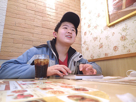 大人っぽく「けんちゃん」と呼ばれたことを笑顔で語る健太郎くん。12歳感が薄い。