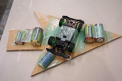 裏側の雑さよ。ミニ四駆を使用していて速すぎるので、減速のために大量の電池が貼り付けられている。