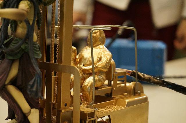粘土製で一見すると黄金に輝く小太りのおばちゃんといった感じだが、