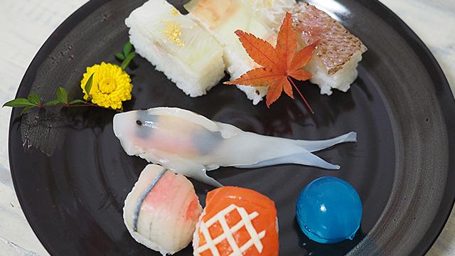 寿司たちの中を優雅に泳ぐ鯉の姿寿司。こんな寿司なら私もなりたい、と思った。