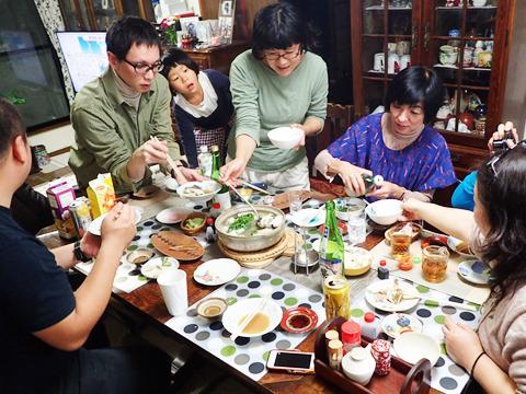 どの写真を見ても高瀬さんはほとんど立って鍋の具を漁っていた。