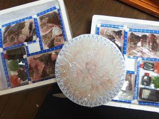 取り寄せは友人マリ絵さんに依頼した。ご実 家近くの魚屋(福岡)から直送便。送料込み で三万円也。それでも破格の安さである。