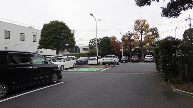 奥の広い駐車場