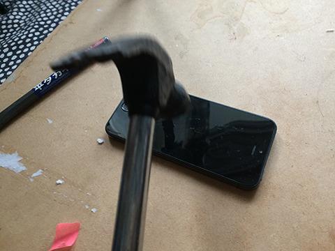 そういえばiPhoneを割らないといけない。ためしにiPhoneのモックを買ってきて割ってみる。ぜんぜん割れない。