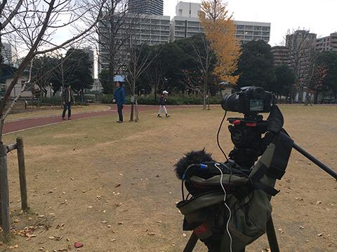 翌日、ライターの西村さんと息子さんと少年野球でiPhone割る場面。ボールを投げるNGが出まくる。演技ではなく物の撮影のエグさを知る