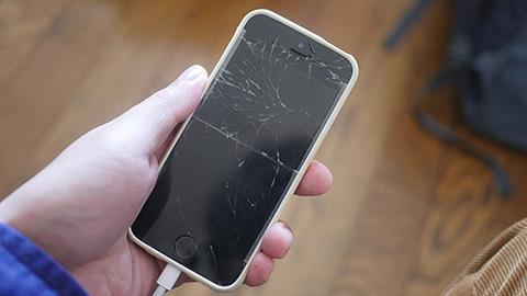 そんな折、自分のiPhoneを地面に落として割る。大切な理由などなくうっかりだった。慣れてしまえばバリバリでも使えるものだと実感
