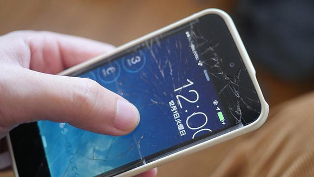 iPhoneが割れてる人がいる。なぜ直さないのか。やむをえず割ったドラマがあるのではないか。そのドラマを映画化した