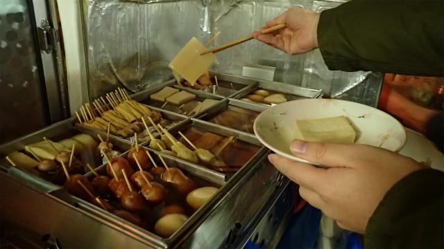 青森のおでんはこんにゃくが白くて四角い。あと凍み豆腐(高野豆腐)も関東ではあまり見かけない