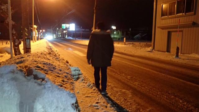 歩道は雪で歩けないので車道を歩くしか無い