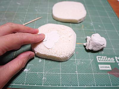 粘土が食いつくようにびっしり穴をあけて、石粉粘土を盛っていく。