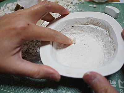 いきなり繋ぎ合わせたため、継ぎ目がガタガタ。粘土で補修していく。
