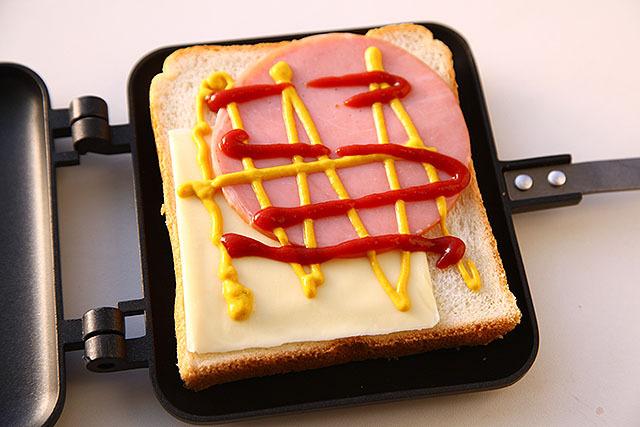 基本のチーズとハム。マスタードとケチャップで味付けするとマクドナルドみたいな味になります。