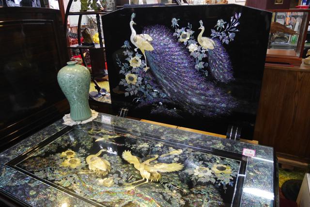 うつくしくまぶしい屏風とテーブル。こういった品々を世界各地から買い付けてくるのだという