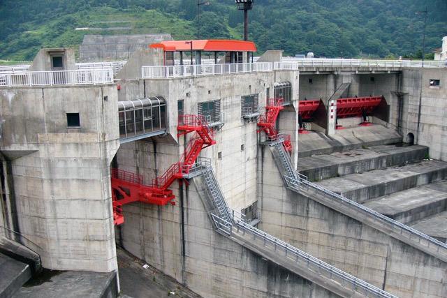 でもダムに設置された例はとても少ない