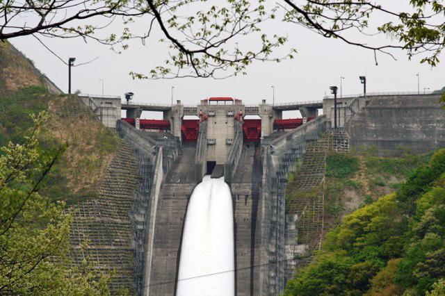 そもそもこんな複雑でかっこいい放流設備のダムが造られなくなった