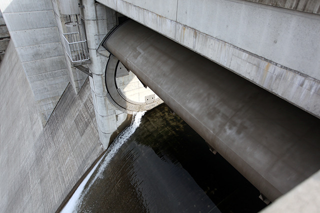 この水門の構造を言葉で説明するの難しい