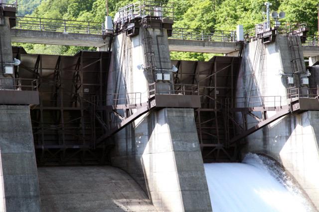 扇型の水門が扇の中心を軸に回転して開閉するラジアルゲート
