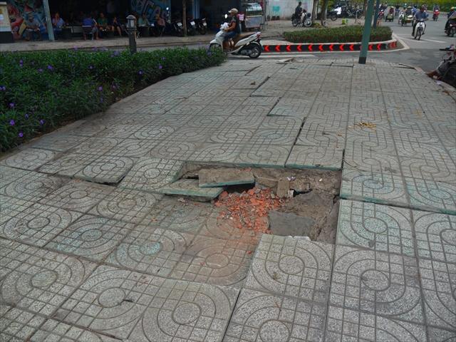バッキバキに壊れた舗装。