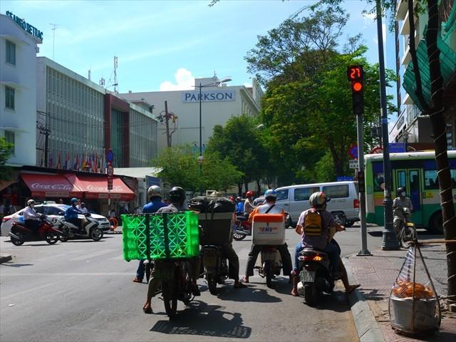 ベトナムの車両信号。歩道からはかなり見づらいから、とにかく最大60秒待つ。
