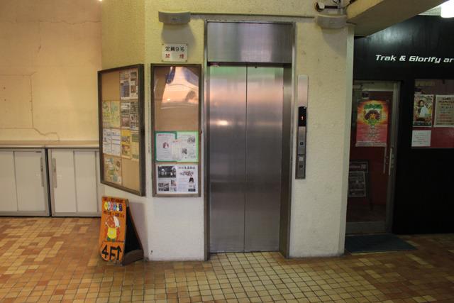玄関を入るとすぐにエレベーターがあり、その右手には