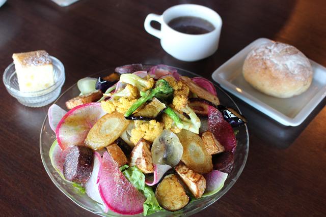 この日いただいたのは人気の鎌倉野菜のサラダランチ(1240円)