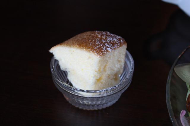 プチフール(一口サイズのケーキ)のユズシフォンケーキも自家製