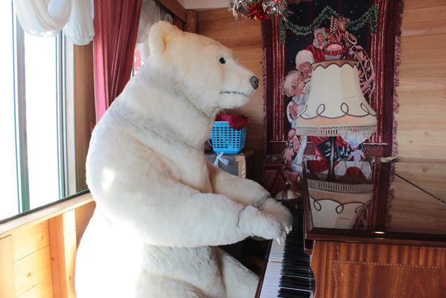 ピアノの下にフロッピーディスクを入れると、シロクマが山口百恵の名曲を弾いてくれる
