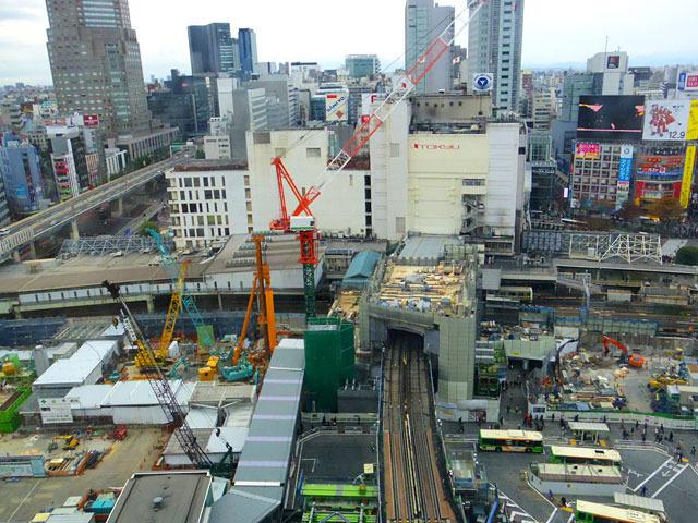 ヒカリエ11階層からの眺め、泥臭いところを含めた渋谷を手中におさめた感。でも屋上神社はない
