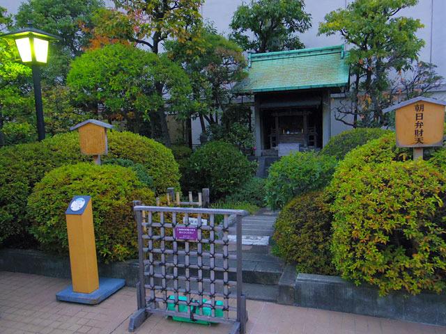 そんな敷地内に佇むのが新宿伊勢丹の守り神、「朝日弁財天」だ