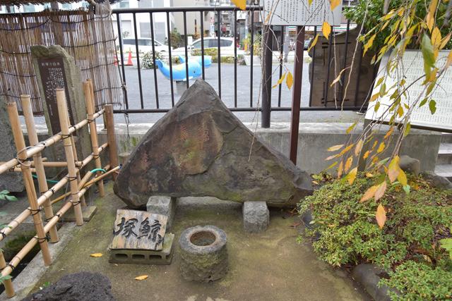 東京品川の鯨塚。1798年、品川沖に迷い込んだ鯨を弔う。体長16.5メートルというあまりのデカさに、時の将軍も見学に来るなど大騒ぎになったという