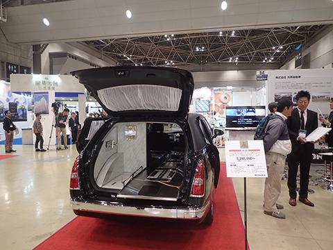 こちらは低燃費なハイブリッド霊柩車。