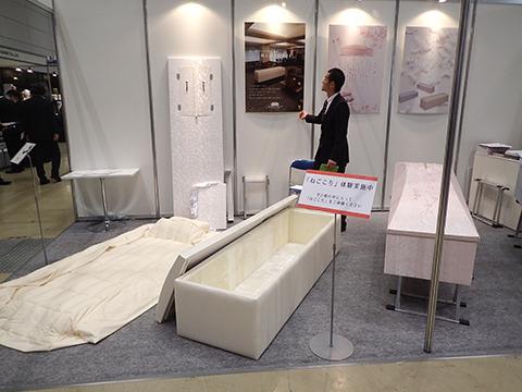 三和物産の、お棺の寝心地を体験できるコーナー。