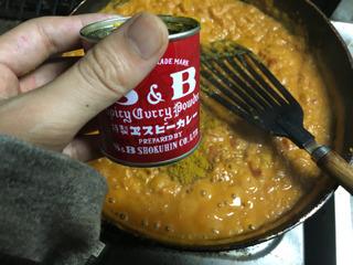 トマトや玉ねぎと炒め、カレー粉で味をととのえてく