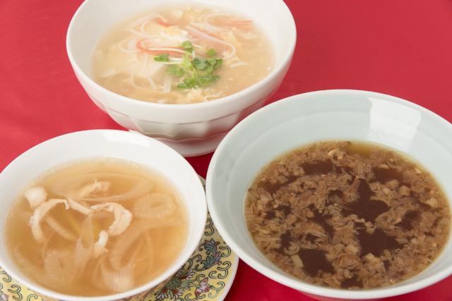 クックパッド編集部 小菅さんが用意してくれたスープは昨年クックパッド上や世間でも流行したスープを。上から時計周りに5分えできるカニカマのスープ、焦がしねぎのスープ、鳥胸肉のスープ