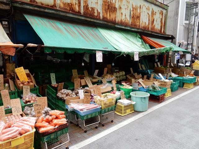 必要な野菜を集めるために、八百屋さんを巡る。