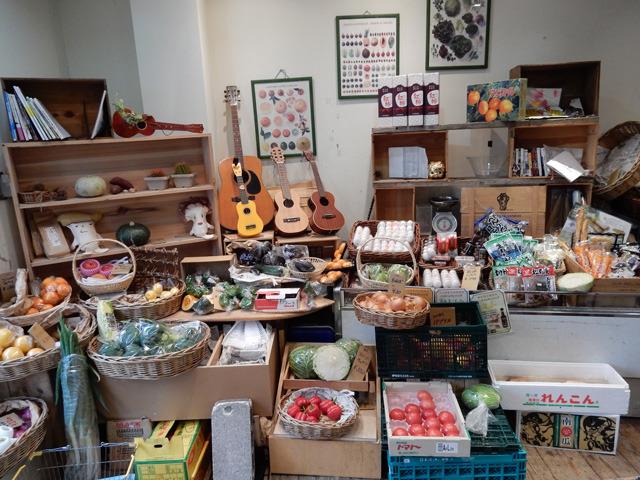 決して広くない店内だが、色々な野菜が所狭しと並んでいる。眺めていてもとても楽しい。