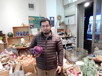 「最後に写真をよろしいですか?」と聞いたら紫キャベツを持ってくれたオーナー。今思うと、これから作るジュースの味を示唆していたのかもしれない。