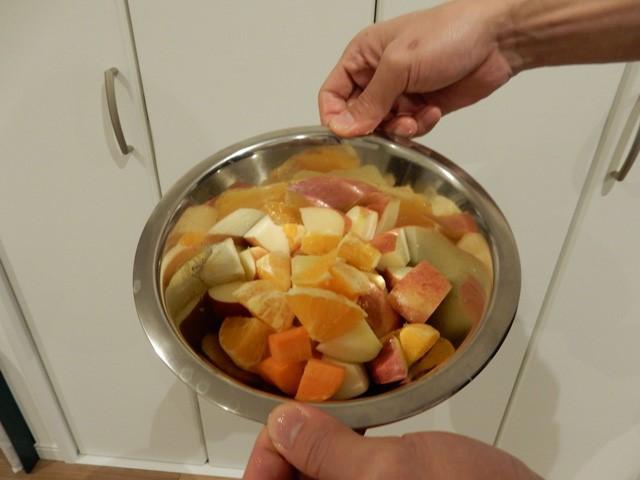 なんだかすんなり引き下がれなくて、余った果物と野菜をおいしくなるようなバランスで入れてジュースを作った。