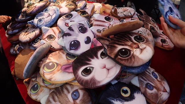 世田谷ボロ市に戻って猫のポーチ専門。これだけ集まるといやがおうにも迫力が出る。