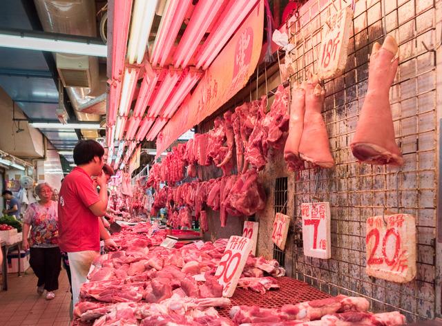 こういうノリの店が「団地商店街」内に延々連なっているのだ。あと豚足すごい。足! って感じ。