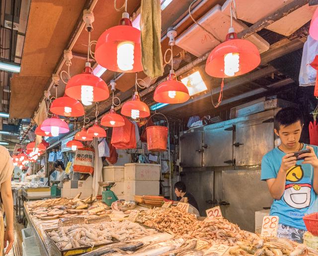 海鮮屋さんの充実具合もすごい。あと全般的に赤い照明がかわいい。 右のお兄さんは海の幸専門の四次元ポケットを持っているのか。