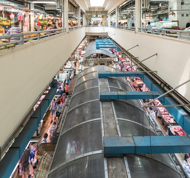 団地の足もとに2フロアーに渡って、これらの商店がひしめき合っている。面積も広大。迷路だ。食材の巨大迷路だ。