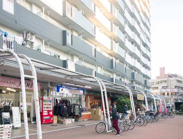こちら日本の団地商店街。おちつく。香港のものを体験したあとだと、まったくの癒し系だ。だいたい、今の日本の団地商店街に肉屋や八百屋って少なくなったよねえ。